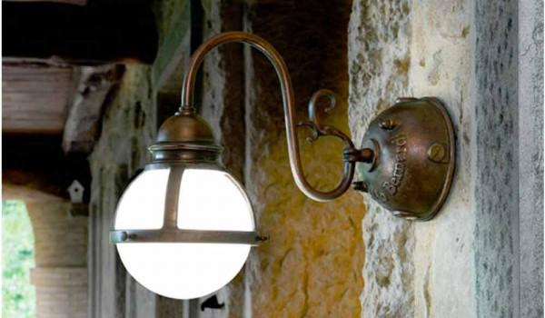 Applique cimosa di aldo bernardi in ottone e vetro bianco
