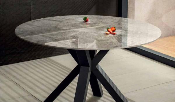 Tavolo Pranzo Design Rotondo In Ceramica Effetto Marmo Grigio